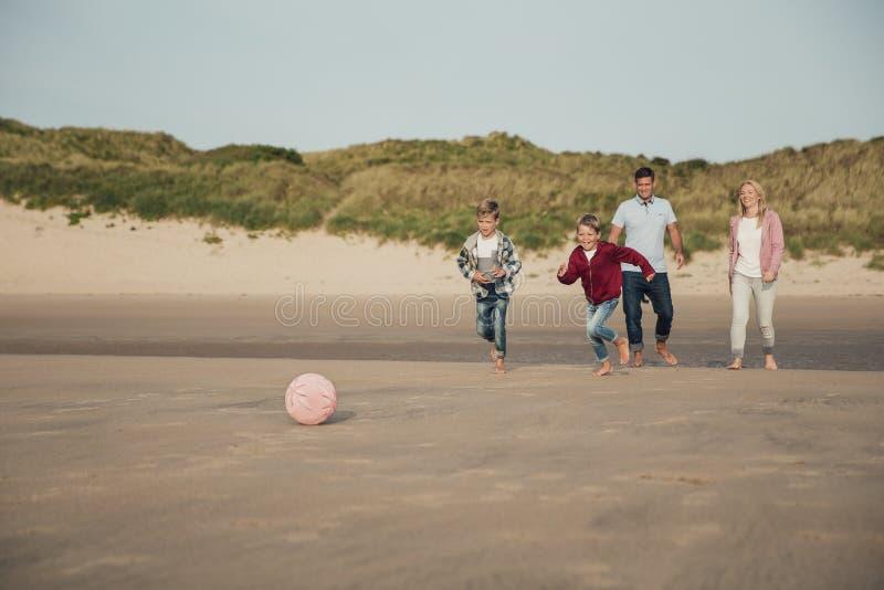 Speel voetbal op het strand royalty-vrije stock afbeeldingen