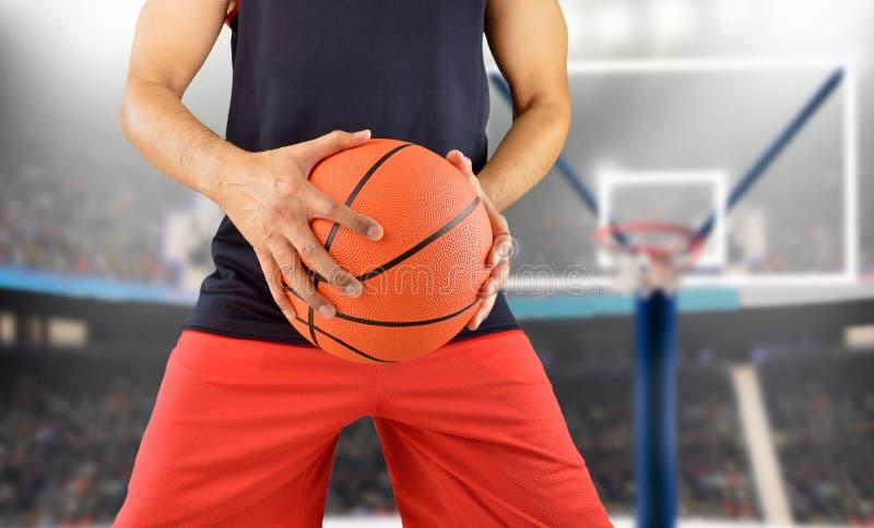 Speelbasketbal bij basketbalstadion royalty-vrije stock fotografie