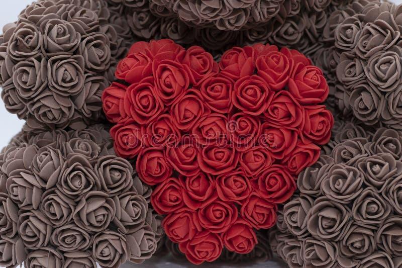 Speelgoed met een rood hart van rozen Feest van St Valentine, liefde Een bruine beer houdt stock afbeeldingen