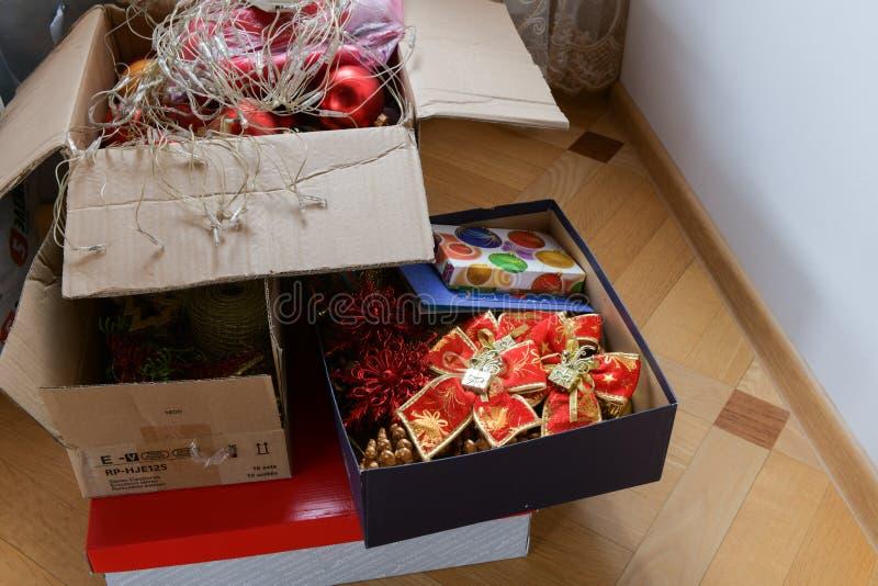 Speelgoed op de Kerstboom in de doos Close-up op Kerstboomdecoratie over feestelijke achtergrond stock foto's