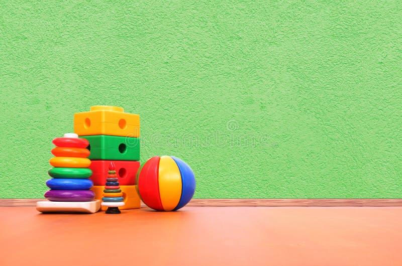 Speelgoed op de vloer stock foto's