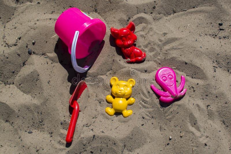 Speelgoed op het strand stock afbeelding