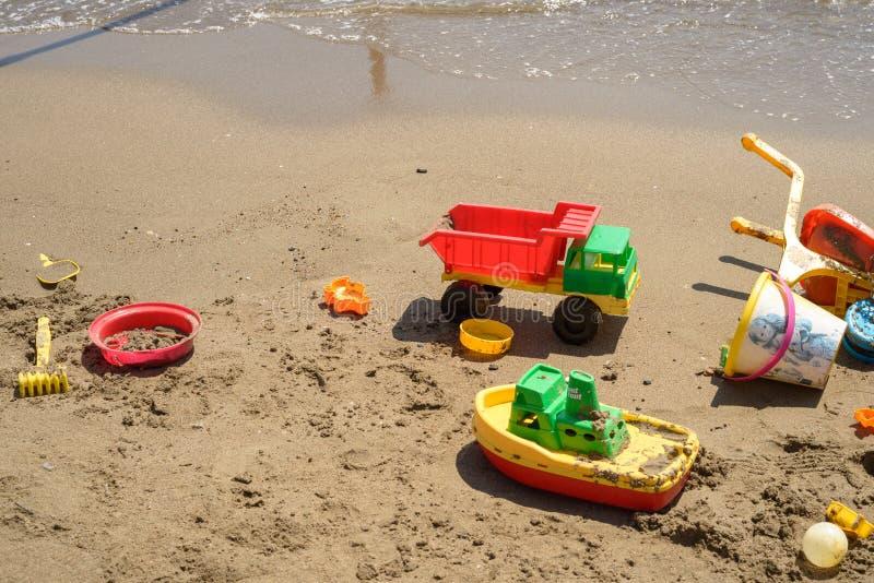 Speelgoed op zand stock foto