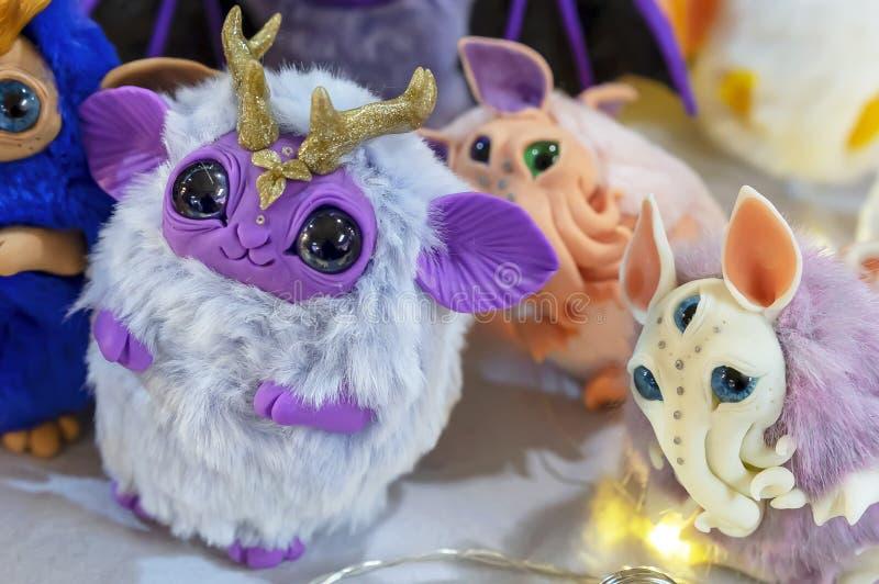 Speelgoed van fantastische wezens met grote expressieve ogen stock foto