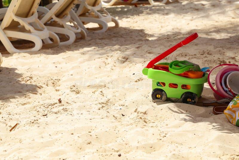 Speelgoed van kinderen lag in het zand op het strand royalty-vrije stock foto