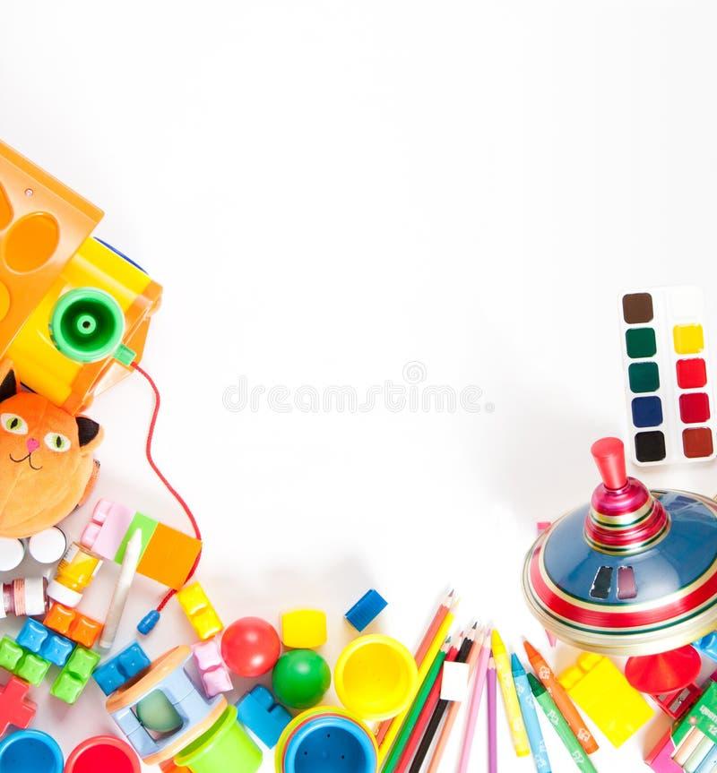 Speelgoed van kinderen verspreidde zich op een wit blad royalty-vrije stock afbeeldingen
