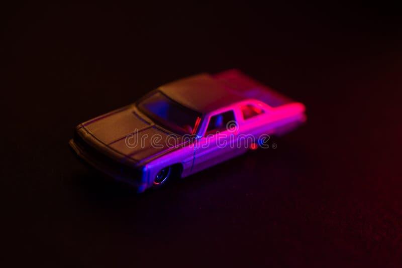 Speelgoedauto onder rood en blauw licht royalty-vrije stock afbeelding