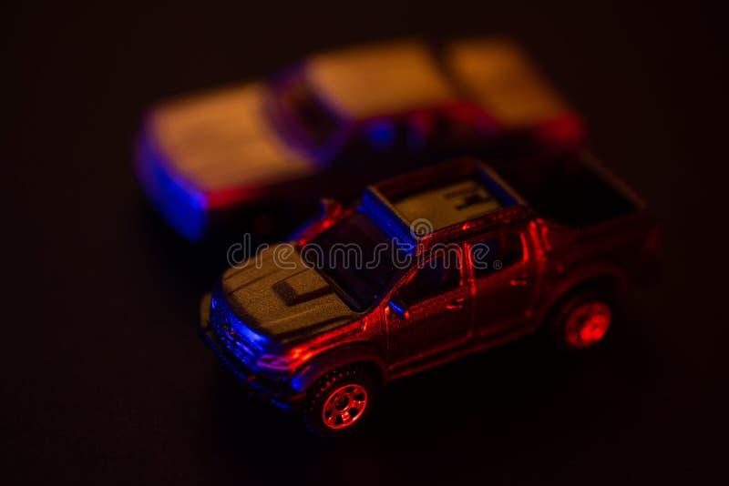 Speelgoedauto's onder rood en blauw licht stock foto