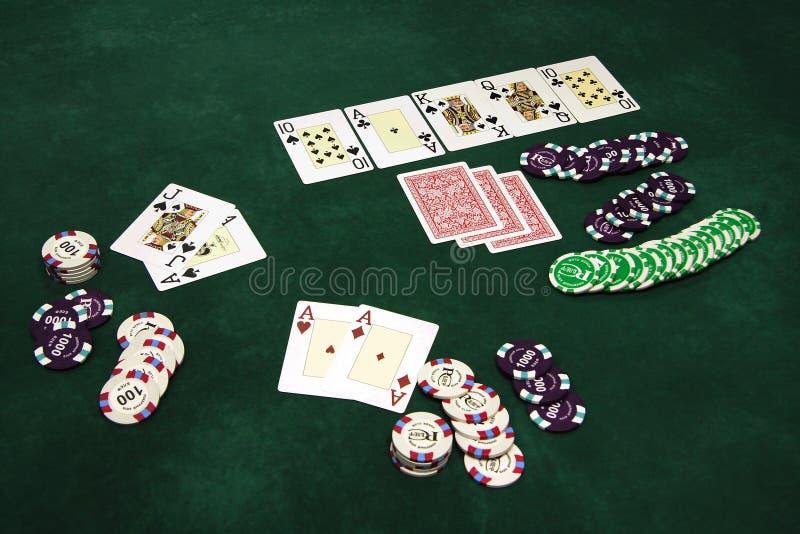 Speelkaarten en spaanders op een lijst royalty-vrije stock afbeeldingen