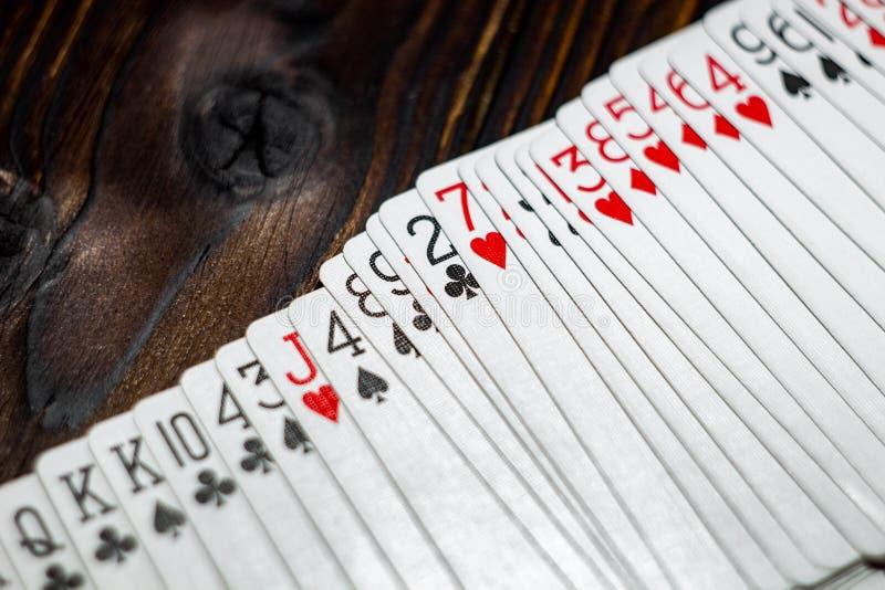 Speelkaarten op de lijst stock foto's