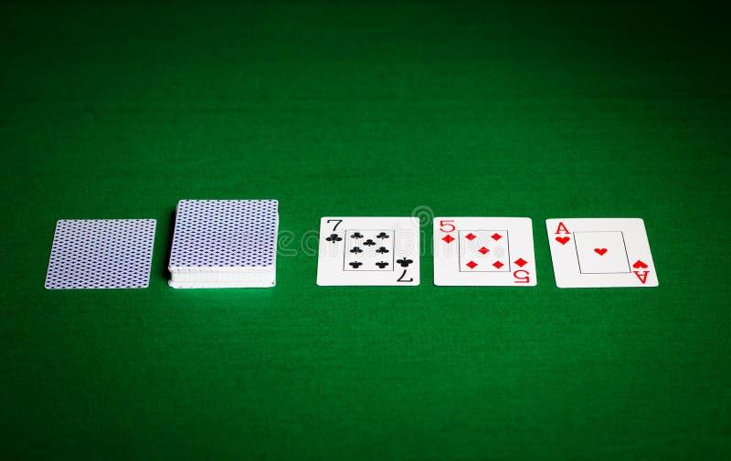 Speelkaarten op groene lijstoppervlakte royalty-vrije stock afbeeldingen