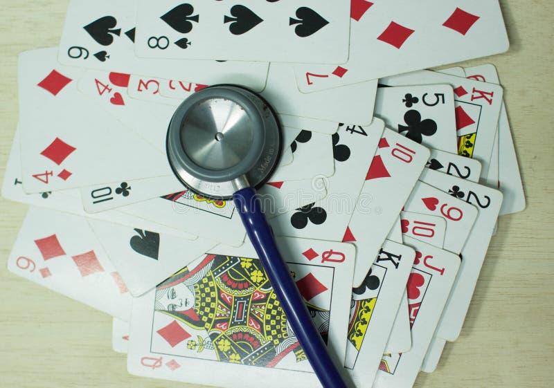 Speelkaarten op lijstcasino stock fotografie