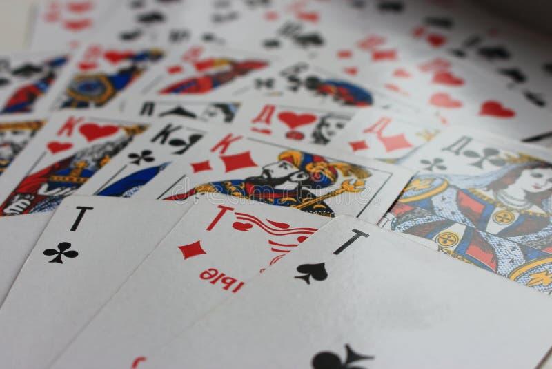 Speelkaarten in ventilator als het gokken en gelukconceptenachtergrond die uit worden uitgespreid stock afbeelding