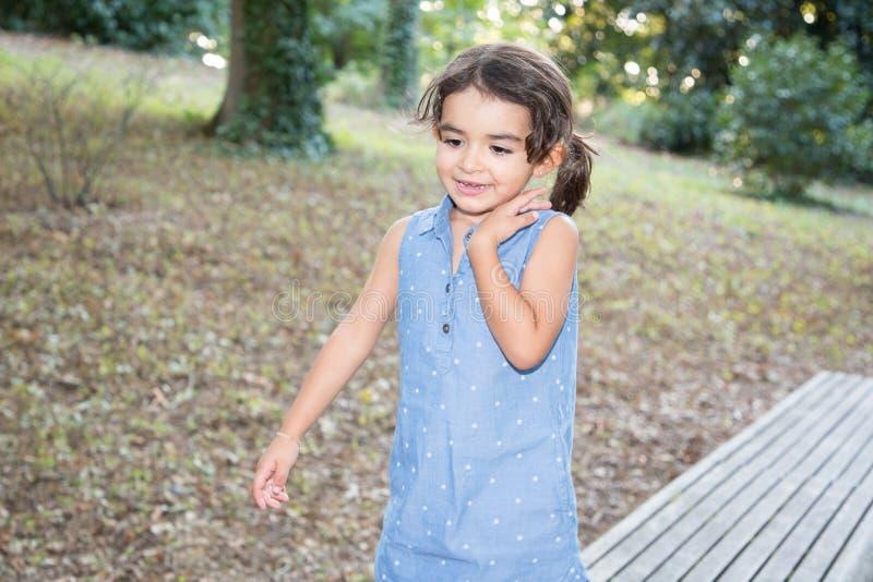 Speelkindmeisje in blauwe kledingsjeans stock afbeeldingen