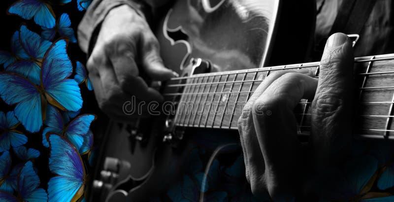 Speelmuziekblauw gitaristhanden en gitaar die elektrische gitaar spelen Blauwe vlinders Morpho stock afbeelding
