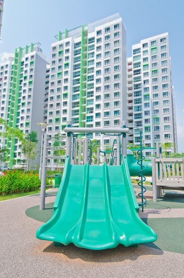 Speelplaats binnen high-rise woonlandgoed royalty-vrije stock foto