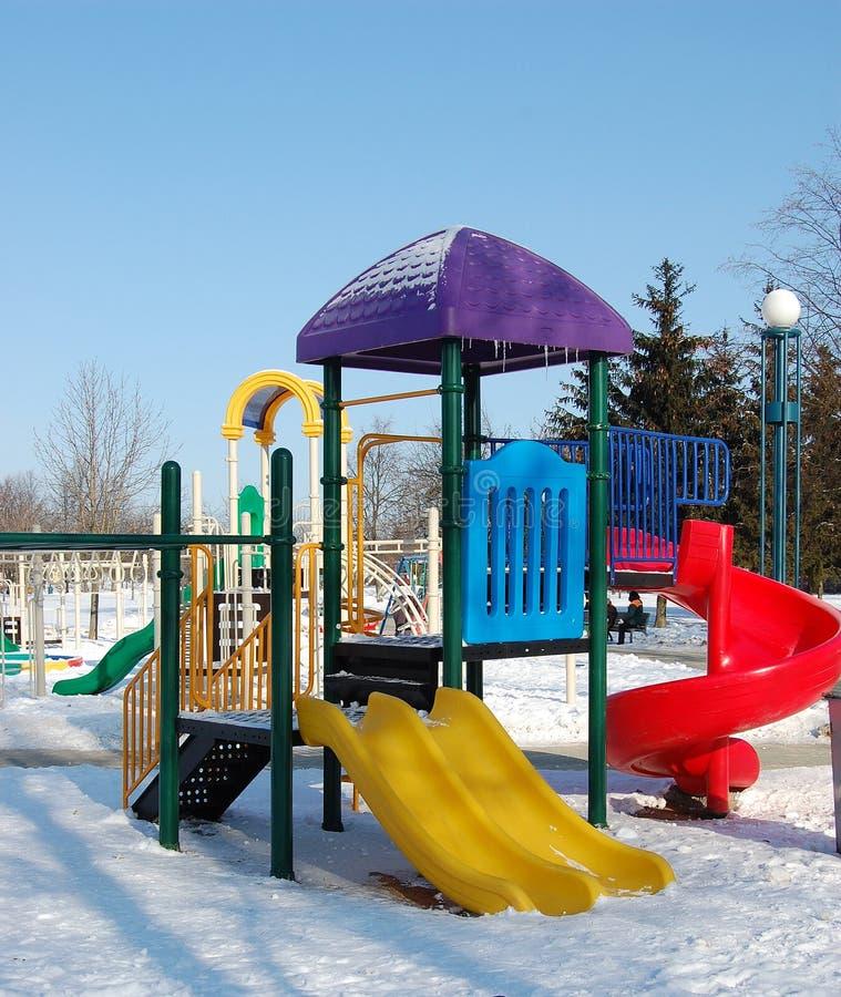 Speelplaats in de winter stock foto