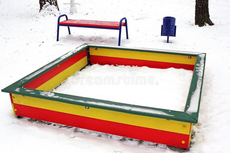 Speelplaats in de winter De speelplaats van kinderen in de sneeuw sandbox royalty-vrije stock foto