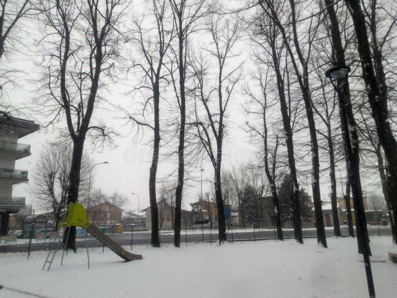 Speelplaats die in sneeuw wordt behandeld royalty-vrije stock foto