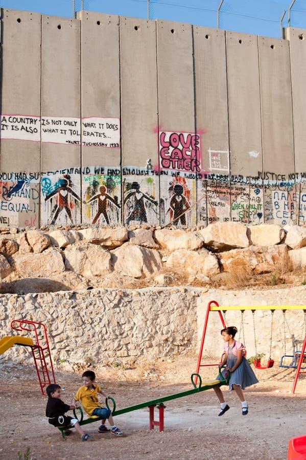 Speelplaats en de Israëlische Muur van de Scheiding stock foto