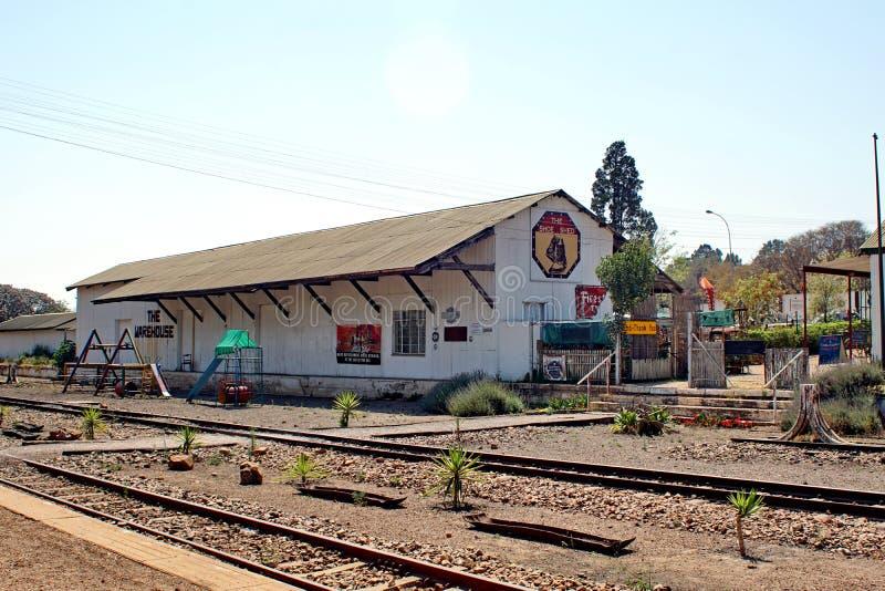 Speelplaats en giftwinkel door het station in Cullinan, Zuid-Afrika stock afbeelding