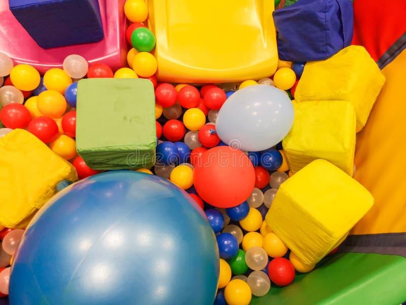 Speelplaats, glijbanen, een speelplaats kleurrijke plastic ballen De vrije tijd van vrolijke kinderen met ballen in de spelpool,  royalty-vrije stock afbeelding