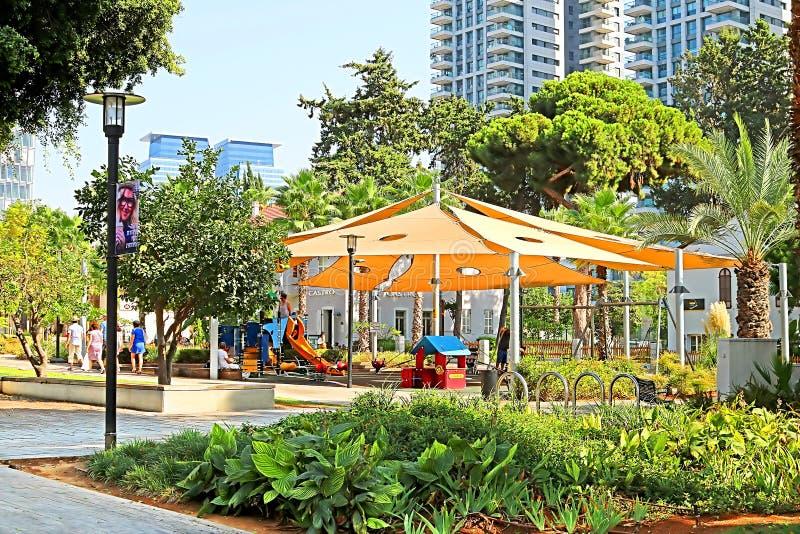 Speelplaats in het openluchthandelscentrum van Sarona in Tel Aviv, Israël royalty-vrije stock fotografie