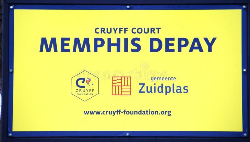 Speelplaats met synthetisch gras van de Johan Cruyff-stichting die door Memphis Depay wordt gegeven stock afbeeldingen
