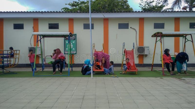 Speelplaats op openbaar gebied, kinderen in zonnige de zomervakantie stock foto