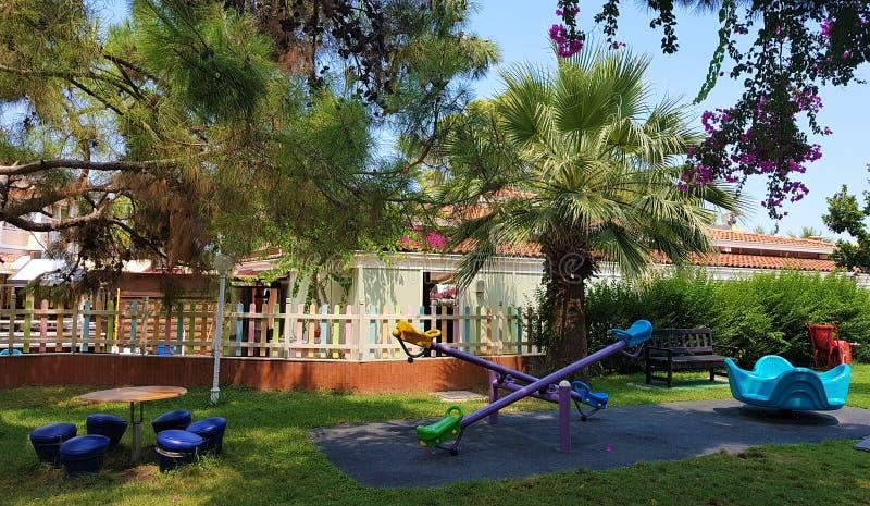 Speelplaats in tuin, familiehotel in Kemer, Mediterrane kust, Turkije royalty-vrije stock fotografie