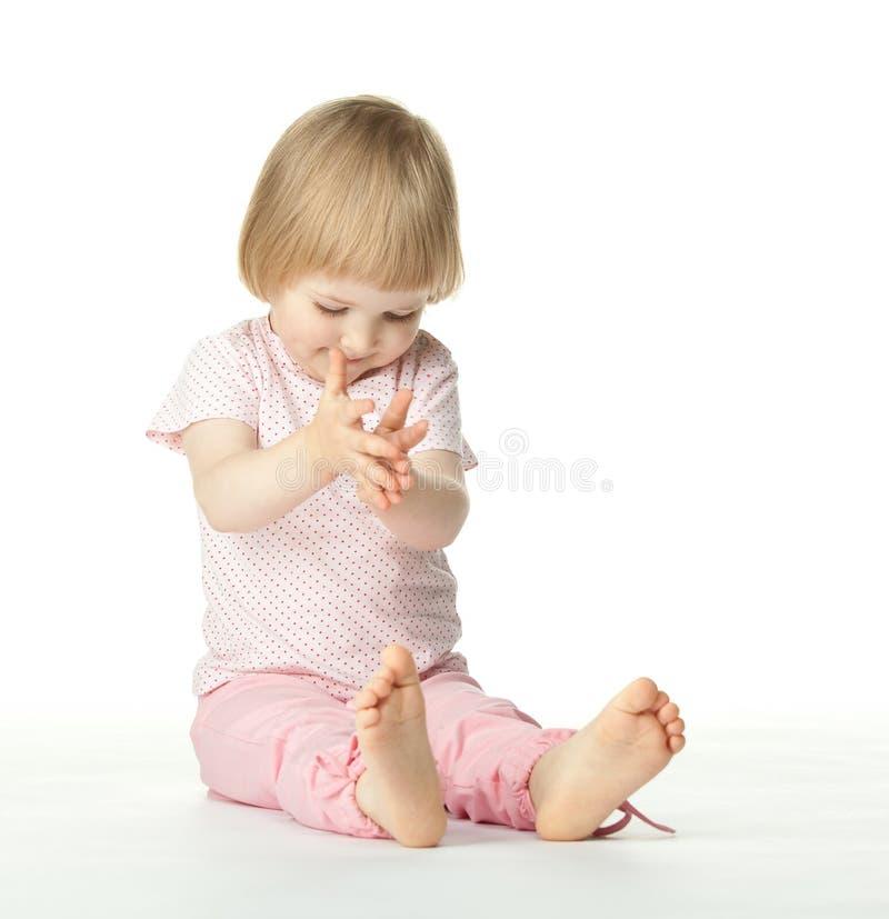 Speels babymeisje dat haar handen slaat royalty-vrije stock foto