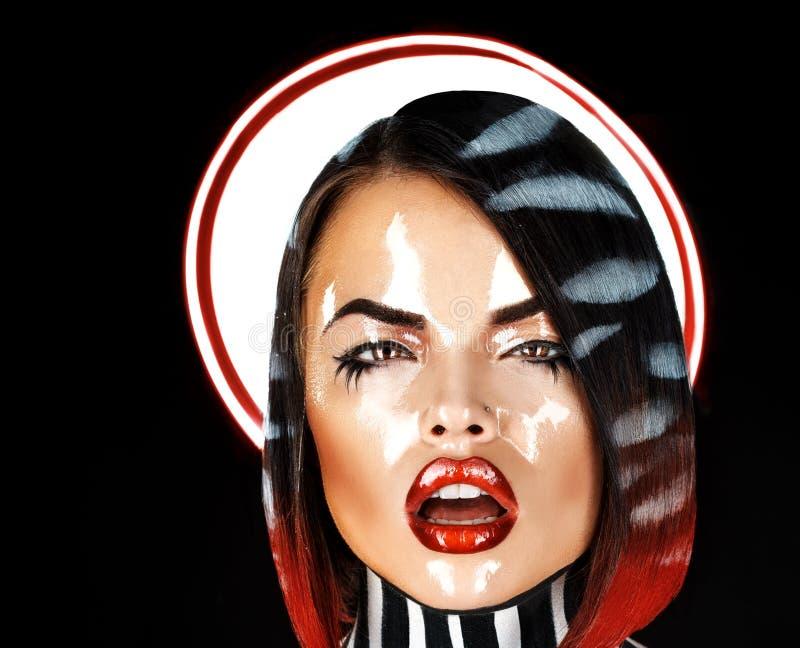 Speels brunette met open mond en nat gezicht stock fotografie