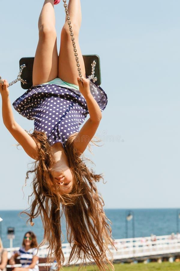 Speels gek meisje op schommeling stock fotografie