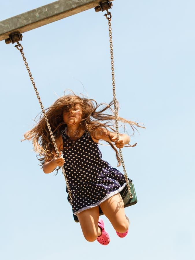 Speels gek meisje op schommeling royalty-vrije stock fotografie