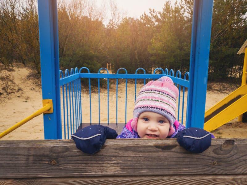 speels gelukkig meisje bij speelplaats royalty-vrije stock afbeelding