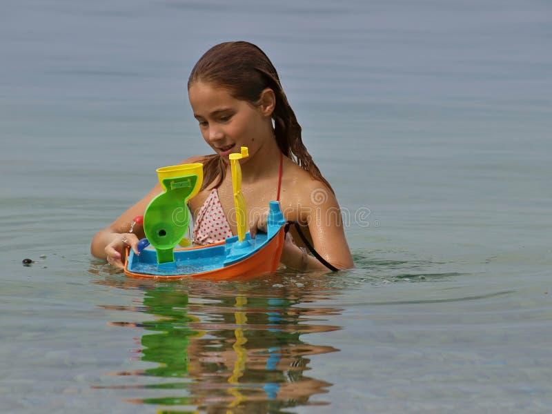 Speels meisje in het overzees royalty-vrije stock foto