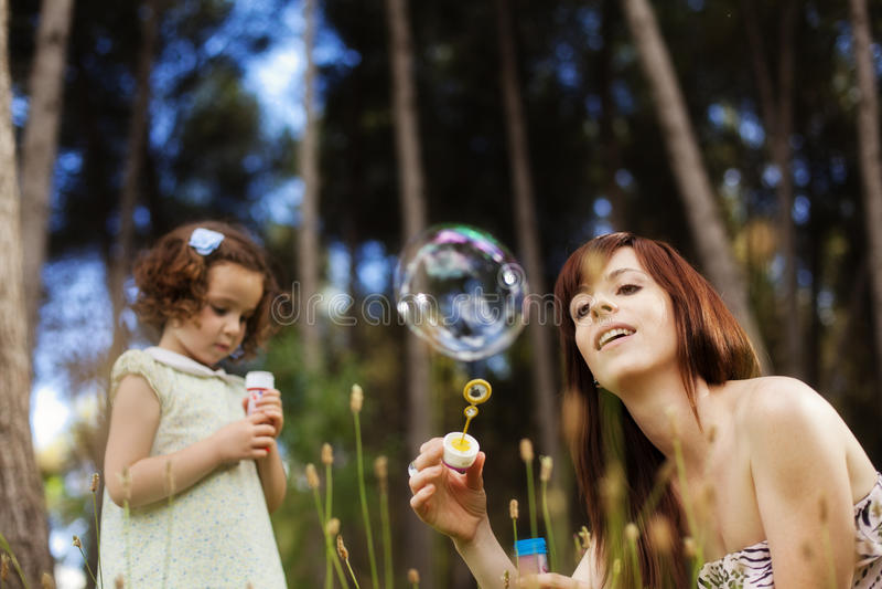 Speels moeder en kind royalty-vrije stock afbeelding