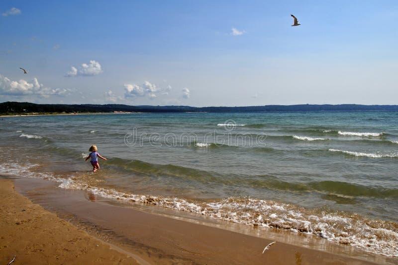 Speels op het strand royalty-vrije stock foto's