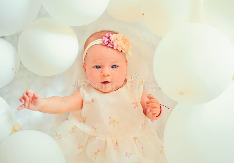 Speelse cutie Snoepje weinig baby Het nieuwe leven en geboorte Kinderjarengeluk Klein meisje Gelukkige Verjaardag Familie Kind royalty-vrije stock foto