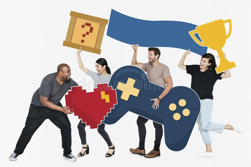 Speelse diverse mensen die gokkenpictogrammen houden stock foto