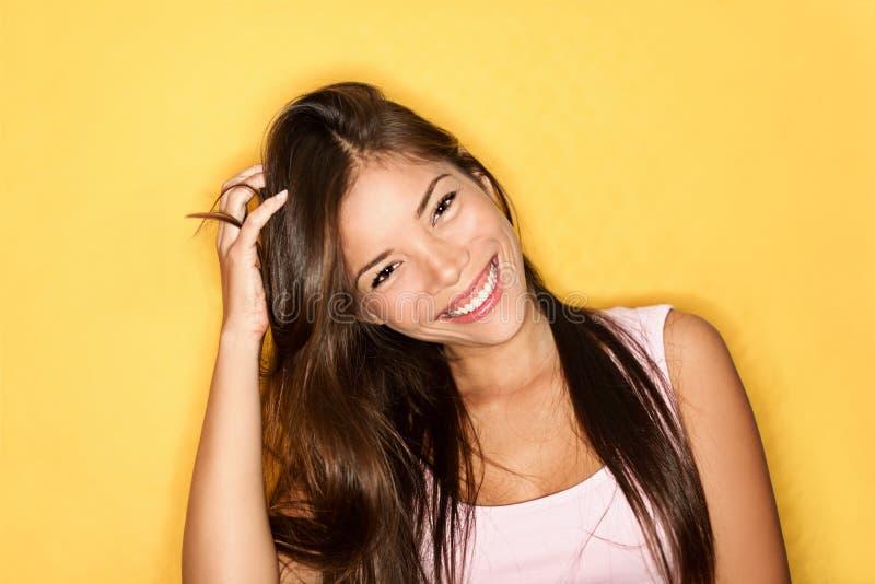 Speelse glimlachende toevallige jonge vrouw stock foto's