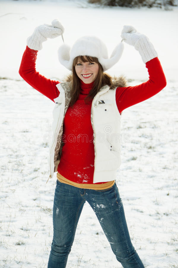 Speelse jonge vrouw in de winter stock foto's