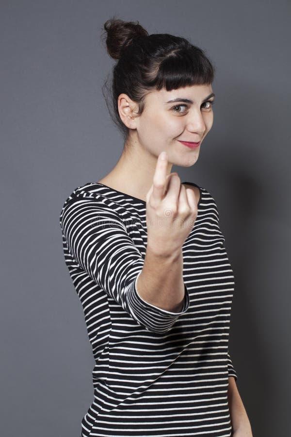 Speelse jonge vrouw die zich bij haar voor een kus vragen aan te sluiten stock afbeeldingen