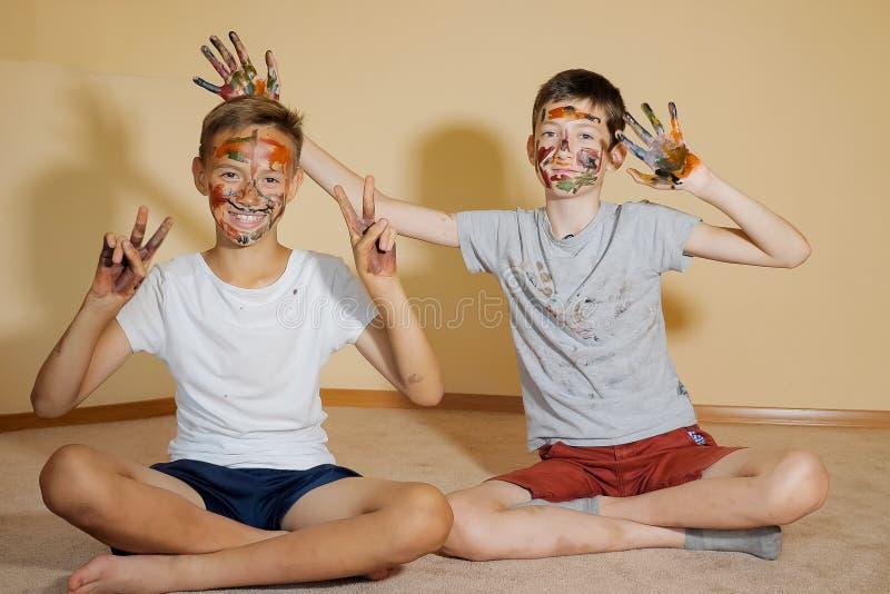 Speelse jongens met gekleurde gezichten royalty-vrije stock fotografie
