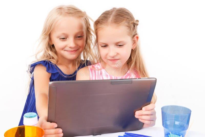 Speelse kinderen die met laptop zitten royalty-vrije stock afbeelding