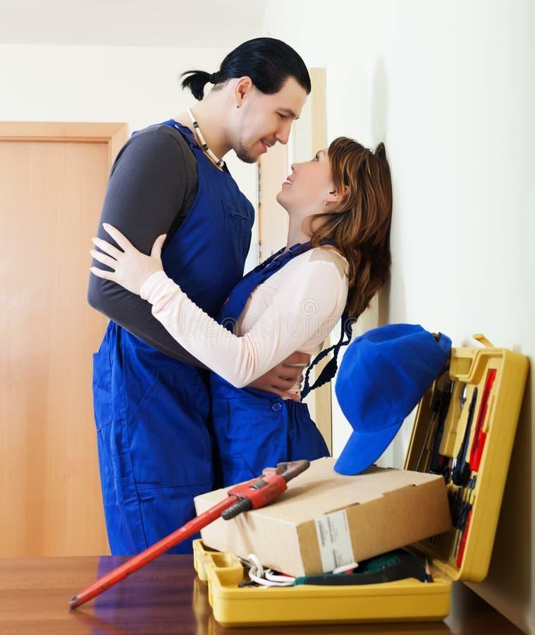 Speelse man en vrouw die flirt hebben royalty-vrije stock afbeeldingen