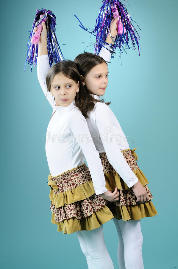 Speelse meisjes die leren te dansen stock foto