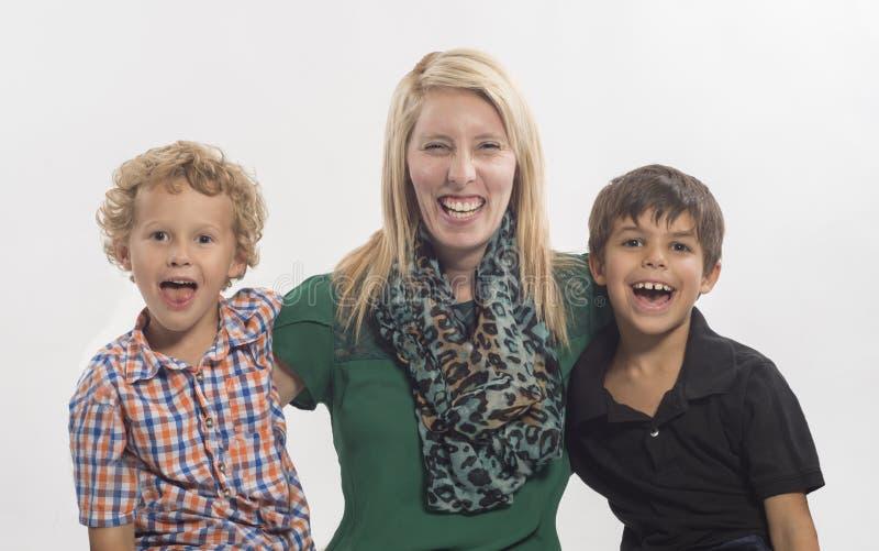 Speelse moeder met twee lachende jongens royalty-vrije stock fotografie