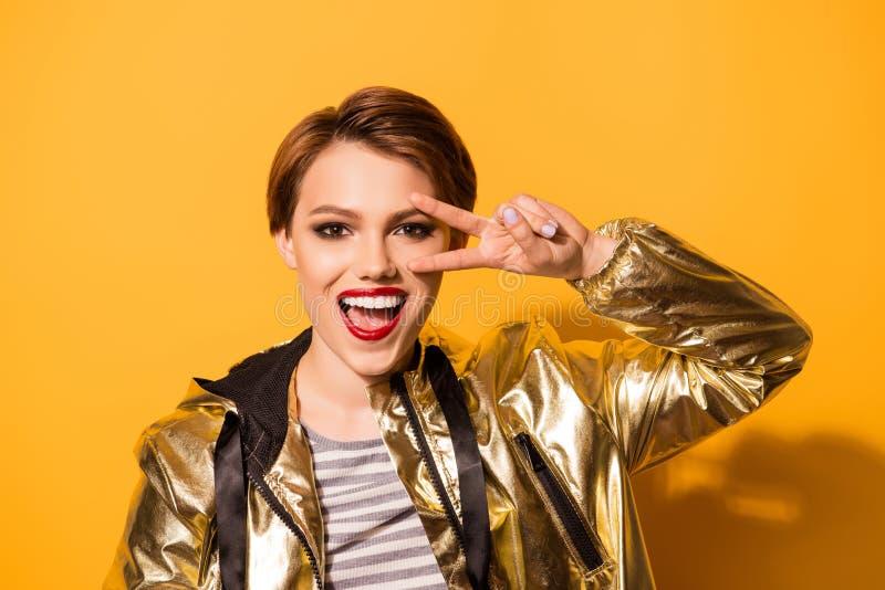 Speelse opgewekte mannequin met rode lippenstift, open mond, ges stock foto
