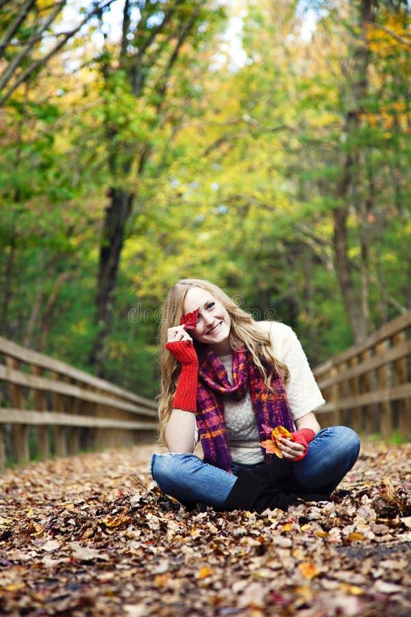 Speelse vrouw in de herfst stock foto